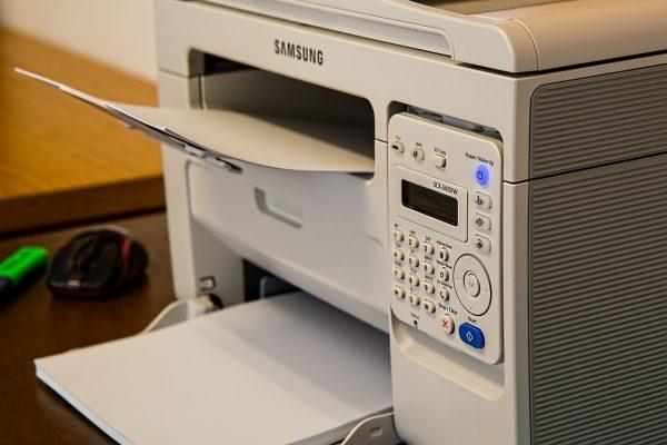 Drucker in weiss von Samsung mit Papiereinzufach vorne
